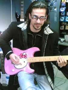 Alec Şandor şi o chitară roz Squier Hello Kitty