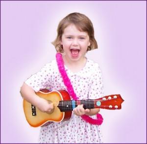 Fetita cantand la chitara